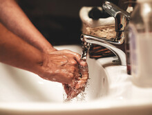 Persona Lavándose Las Manos P...