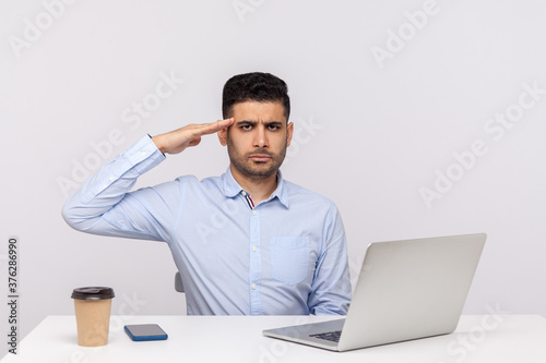 Papel de parede Yes sir! Responsible man employee sitting office workplace with laptop on desk, looking at camera with salute and ready to do your order, following discipline