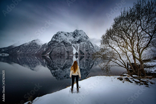 Obraz na plátně Norway - Girl gazing at view of beautiful reflections in fjord of mountain in Vi