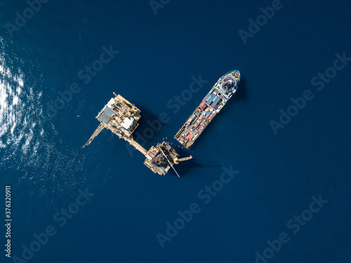 Support vessel for a rig less unit over the offshore production platform Tableau sur Toile