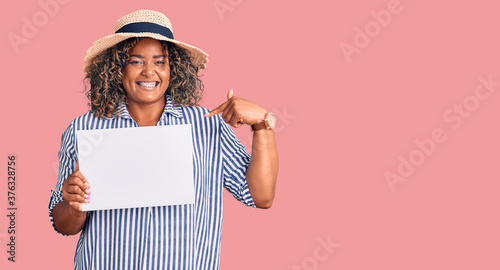 Fotomural Young african american plus size woman holding cardboard banner with blank space