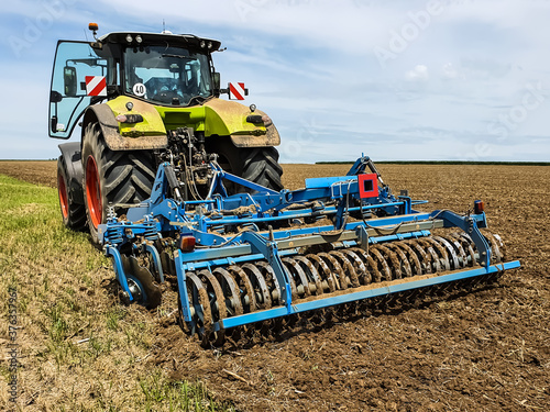 Fotografie, Tablou tractor in the field with disc harrow attached