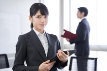 オフィスで笑顔で迎える日本人女性ビジネスウーマン