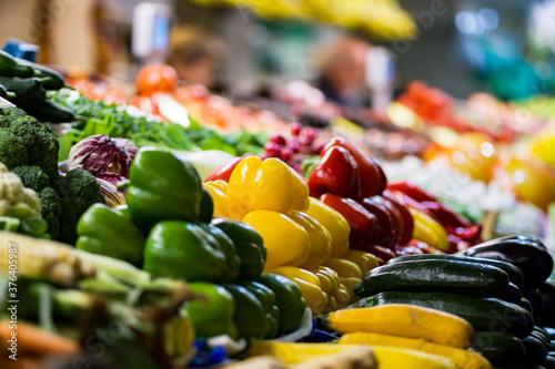 Buntes Gemüse liegt auf einem Markttisch Canvas Print