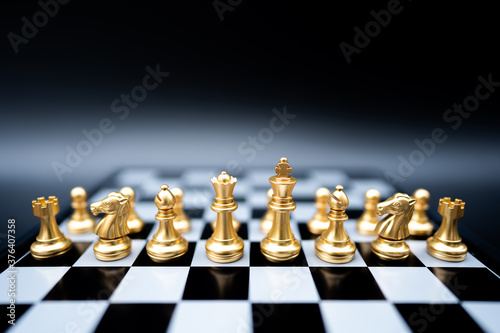 Photo The battle chess sport game stand on chess board with dark background