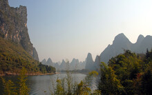 A Pretty Scene Along The Li River Between Guilin And Yangshuo In Guangxi Province, China. The Karst Hills And River Scenery Have Provided Inspiration For Artists And Poets. Li River Scenery, Guilin.