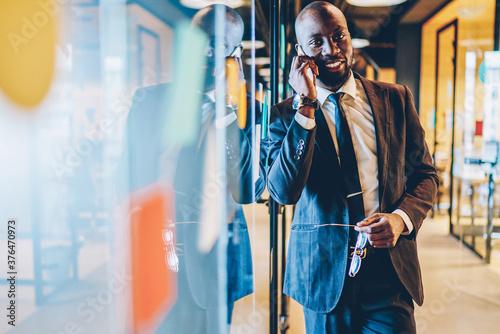 Half length portrait of confident male corporate director using smartphone appli Billede på lærred