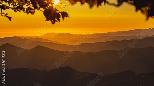 Zdjęcie przedstawia spektakularny wschód słońca ze szczytu góry w paśmie górskim w środkowych Włoszech.