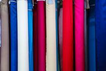 Rollos De Tela Colgada En Forma Vertical De Varios Colores