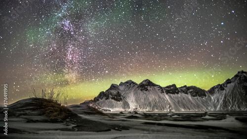 Fotografiet night sky mountain with aurora borealis