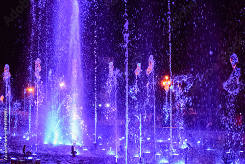 Foto Colorful musical fountain at night
