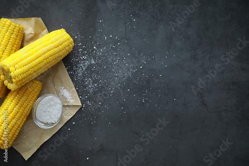 Obraz Freshly made fragrant ear of corn with salt. Farm snack of fresh corn. Healthy breakfast and healthy lifestyle concept. - fototapety do salonu