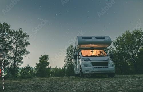 Photographie camper van caravan vehicle for van life holiday on mobile home camper mobile mot