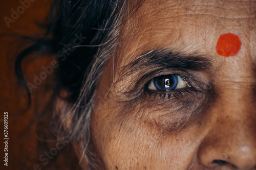 Obraz Closeup shot of eye of an old Indian lady - fototapety do salonu