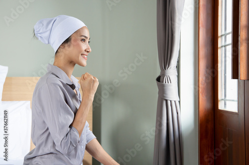Foto strong asian woman cancer patient recovering from sickness, wearing head scarf t