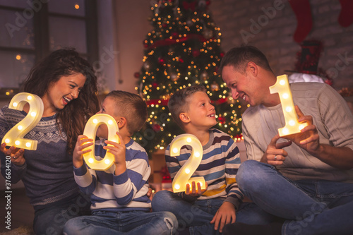 Photo Family holding numbers 2021