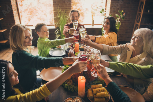 Photo Portrait of nice attractive cheerful lovely family sitting around served table c