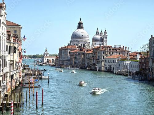Die Basilika der Heiligen Maria in Venedig aus der Ferne. Fototapet