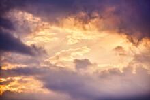 夕空に流れる雲の幻想...