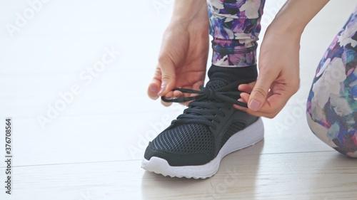 Fotografía 靴紐を結ぶ女性