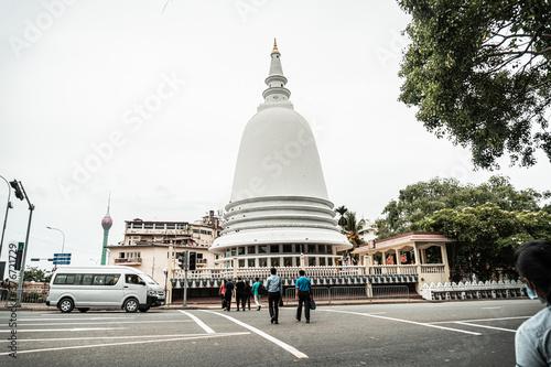 Obraz na plátně Biała stupa pagoda w świątyni buddyjskiej.