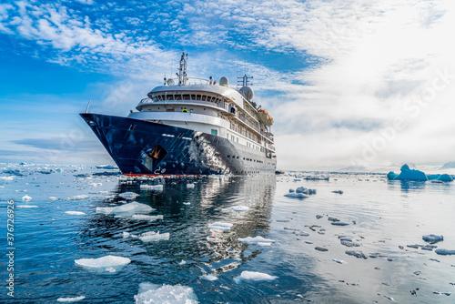 Antarctica, Antarctic Peninsula, near Yalour Island Fotobehang