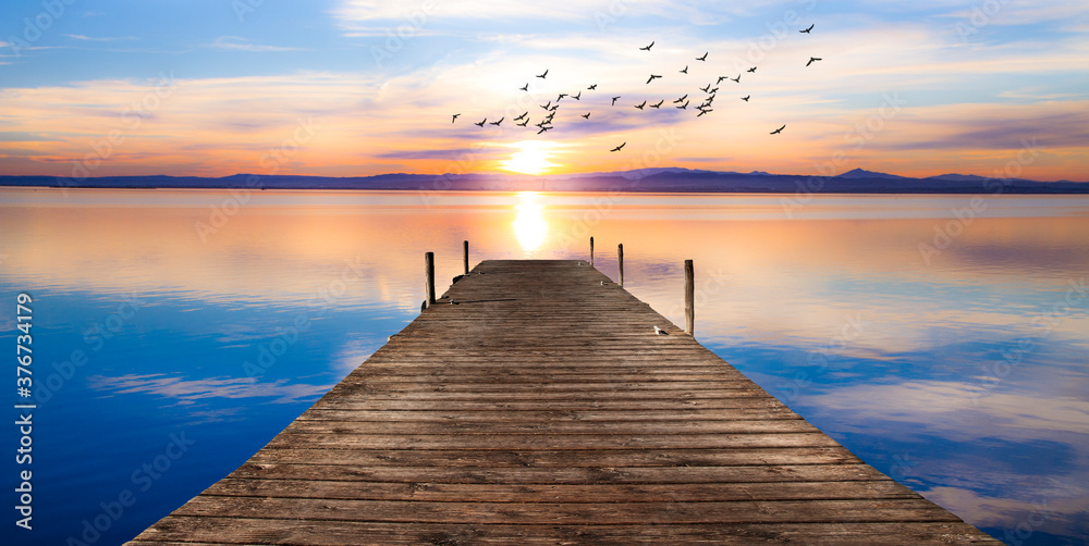 Fototapeta paisaje de un embarcadero sobre el mar en calma