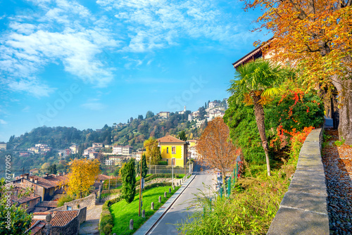 Fotografia Colorful view of street and Bergamo city at autumn sunny day