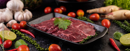 Papel de parede Sliced ​​raw pork used for cooking with chili, tomato, basil, and fresh pepper seeds