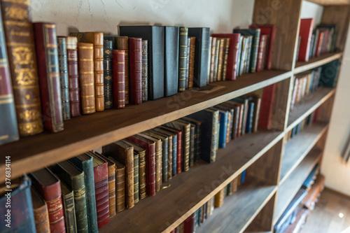 本の並んだ本棚 図書館 Wallpaper Mural