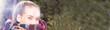 canvas print picture - Eine Frau mit Schal in einem Park Panorama