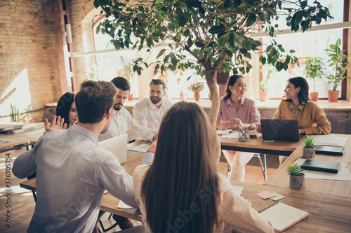 Foto Motivated positive confident guy girl marketer ceo sit table tell talk speak say