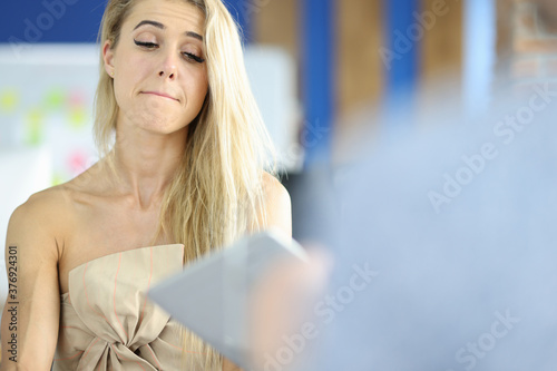 Photo Woman in office with a sad face and eyes listens to interlocutor