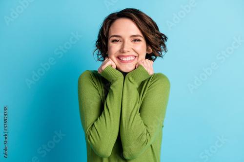 Fotografía Portrait of sweet girl touch hands chin toothy smile appreciate cozy weekend wea