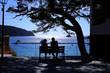 海を前に語らう老夫婦