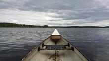 Boot Alleine Auf Dem Ruhigen See, Bewölkter Himmel, Kurz Vor Dem Regen