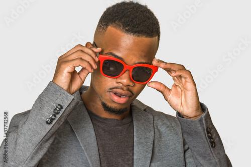 Confident African American guy adjusting sunglasses Billede på lærred