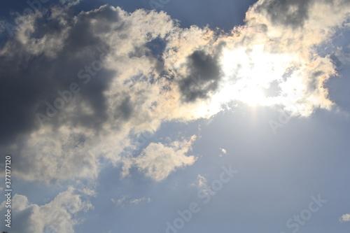 sole nascosto dietro le nuvole Wallpaper Mural