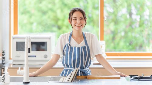 Fototapeta キッチンに立つ女性 obraz