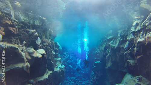 Canvastavla bubbles rising to reflective glacial water underwater surface whilst scuba divin