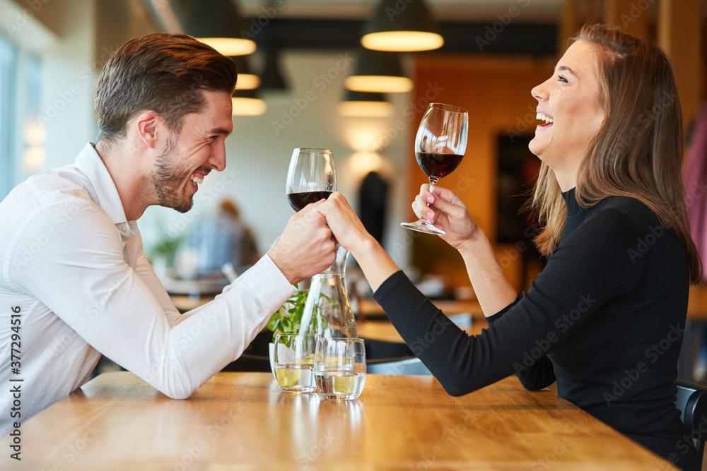 Fototapeta Mann hält seiner lachenden Freundin die Hand