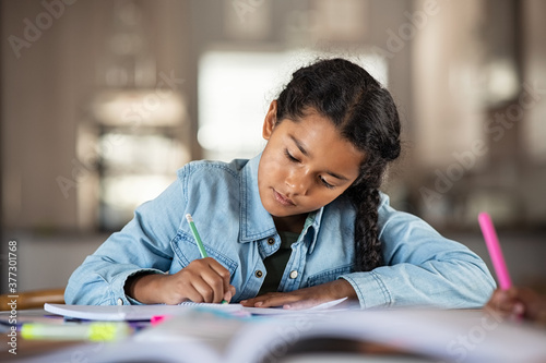 Foto Indian little girl studying at home