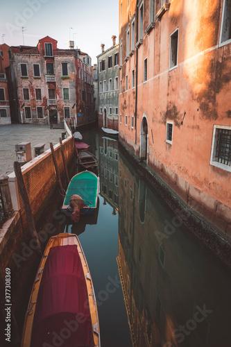 Fotografie, Obraz Kleiner Kanal in der Altstadt Venedigs in Italien mit Booten