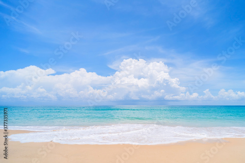 Photo Beautiful tropical beach with blue sky and white clouds abstract texture background