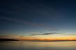 Krajobraz zachód słońca nad wodą z pięknie oświetlonym niebem