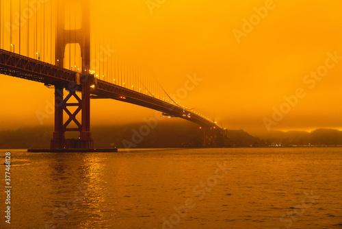 Cuadros en Lienzo Golden Gate Bridge In Smoke