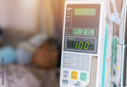 Fototapeta Patients woman with infusion pump infuses fluids on hands medical drip intravenous needle saline Iv drip