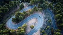 Coche Pasando Por Una Carretera Sinuosa Llena De árboles