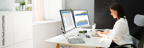 Papel de parede Analyst Working With Spreadsheet Business Data