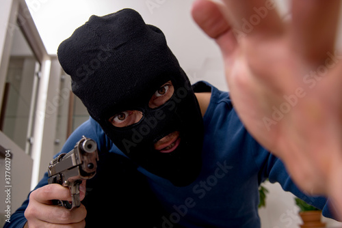 Fotografía Male robber stealing valuable things from the house